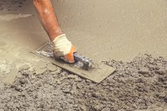 Построитель руки при лопатка выравнивая бетон 3 Стоковое Изображение