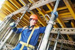 Построитель устанавливая или разбирая поддержку поляка для конкретной монолитовой форма-опалубкы на домостроении стоковые изображения rf