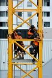 Построители собирают кран башни конструкции Стоковые Фотографии RF