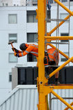 Построители собирают кран башни конструкции Стоковое фото RF
