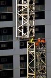 Построители собирают кран башни Стоковое Изображение RF
