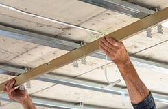 Построители устанавливают профиль потолка Стоковое фото RF