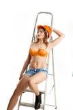Построитель женщины красоты сидит на лестнице Стоковое Фото