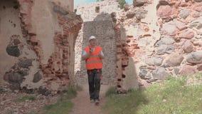 Построитель исследовал руин старого замка видеоматериал