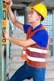 Построитель или здание или строительная площадка работника контролируя Стоковая Фотография RF
