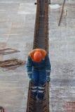 Построитель на работах формы шлема строительной площадки нося Стоковые Фото