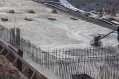 Построитель на работах формы шлема строительной площадки нося Стоковая Фотография RF