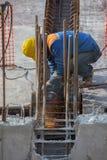 Построитель на работах формы шлема строительной площадки нося Стоковое Изображение RF