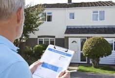 Построитель подготавливая оценку для внешнего улучшения дома Стоковое Изображение