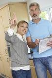 Построитель подготавливая оценку для улучшения дома Стоковая Фотография RF