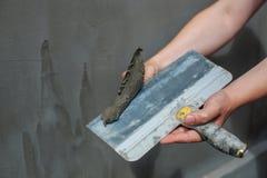 Построитель положил миномет на стену Стены гипсолита Стоковая Фотография RF