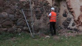 Построитель приносит загородку сток-видео