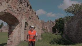 Построитель проверяя руины старого замка сток-видео