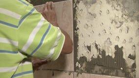 Построитель работая в стене сток-видео