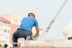 Построитель работая на residental конструкции дома Стоковое фото RF