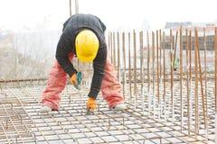 Построитель рабочий-строителя на работе подкрепления Стоковые Изображения