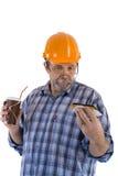 Построитель старшего человека имеет обед с кофе и тортом Стоковая Фотография RF