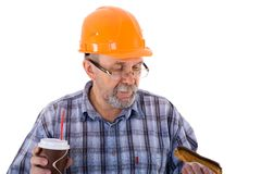 Построитель старшего человека имеет обед с кофе и тортом Стоковые Изображения