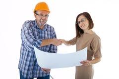 Построитель старшего человека и молодой инженер трясут руки Стоковое Фото