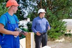 2 построителя наблюдая что-то на месте Стоковая Фотография