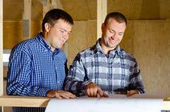 2 построителя обсуждая план здания Стоковые Фото