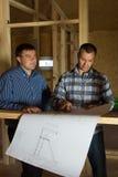 2 построителя проверяя светокопию совместно Стоковые Фото