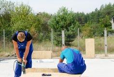 2 построителя работая на строительной площадке Стоковые Фотографии RF