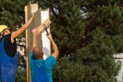 2 построителя раскрывая панели стены на новом доме Стоковые Фото