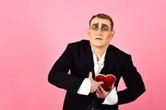 Поступок как находиться глубоко в любов E Актер пантомимы имеет партию торжества валентинок comedian стоковое изображение rf