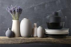 Посуда покрашенная нейтралью на деревянной полке Стоковое Изображение RF
