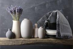 Посуда покрашенная нейтралью на деревянной полке Стоковая Фотография