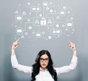Посылайте тему по электронной почте вируса и аферы при бизнес-леди указывая вверх стоковое фото