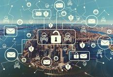 Посылайте тему по электронной почте вируса и аферы с видом с воздуха горизонта NY стоковые изображения
