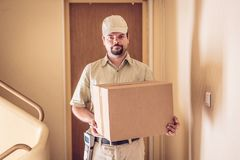 Посыльный поставляя пакет стоковая фотография rf
