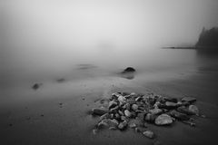 Посыпанный утесом прибрежный пляж Мейна в густом тумане Стоковая Фотография