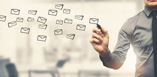 Посылающ концепцию электронной почты - конверты чертежа бизнесмена в офисе Стоковая Фотография RF