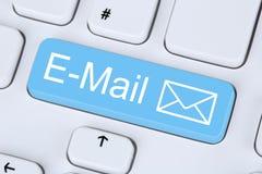 Посылка сообщения электронной почты через интернет на компьютере стоковые фото