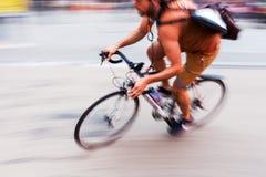 Посыльный велосипеда в нерезкости движения стоковые фото