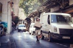 Посыльный поставляя пакет стоковая фотография
