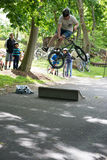 ПОСЁЛОК RADNOR, PA - 7-ОЕ МАЯ: Представление эффектного выступления BMX Крисом Aceto на родео велосипеда посёлка Radnor 7-ого мая стоковая фотография