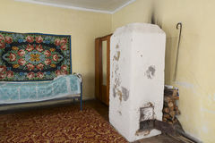 Послевоенные советские внутренние дома в деревне Стоковые Изображения