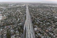 После антенны захода солнца скоростного шоссе Сан-Диего 405 в Лос-Анджелесе Стоковые Фото