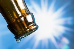 Последнее падение пустой пивной бутылки Стоковые Фото
