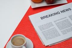 Последние новости на белой таблице на завтраке Стоковые Изображения