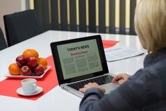 Последние новости чтения женщины Стоковая Фотография
