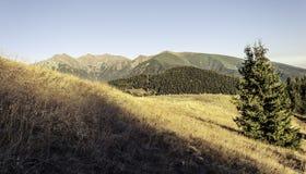 Последние лучи касаются высоким горам в осени Стоковая Фотография