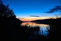 Последний заход солнца на реке западной Двины Стоковые Изображения RF