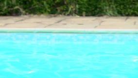 Последовательность замедленного движения мальчика скача в бассейн сток-видео