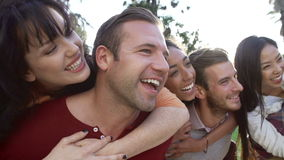 Последовательность замедленного движения друзей имея потеху совместно Outdoors акции видеоматериалы