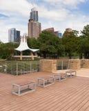 После полудня Остина Техаса состава скамеек в парке вертикальное Стоковая Фотография RF